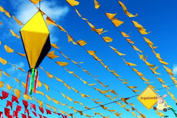 Bandeirolas enfeitando a Vila dos Pescadores. Praia do Forte, BA. Imagem: Erik Pzado