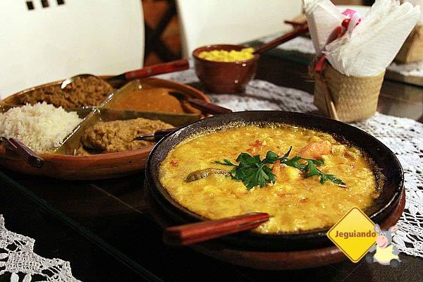 Moqueca de camarão com castanha de caju e queijo coalho. Acompanhamentos: caruru, vatapá, pirão e arroz.. Imagem: Erik Pzado
