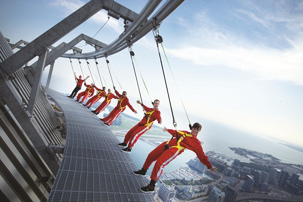 Que tal ver Toronto preso a um cabo na borda da CN Tower? Imagem: Divulgação
