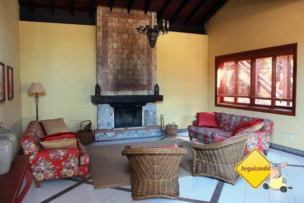 Área de convivência e lareira. Canto da Floresta Eco Resort, Amparo, SP. Imagem: Erik Pzado
