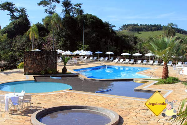 Área da piscina. Canto da Floresta Eco Resort, Amparo, SP. Imagem: Erik Pzado