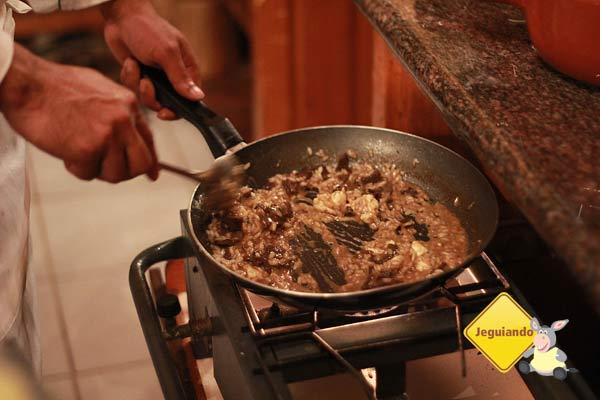 Chef Ivan Santos preparando um risoto. Canto da Floresta Eco Resort. Imagem: Erik Pzado