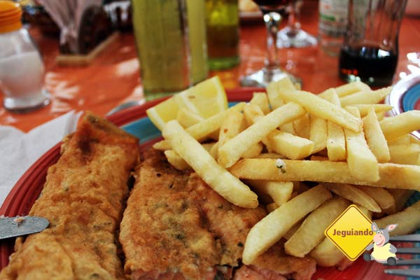 Salmão à milanesa e batatas fritas. Imagem: Janaína Calaça