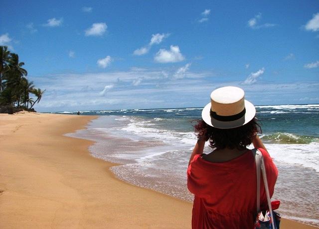 Lorena na Praia de Taipu de Fora, em frente à pousada. Imagem: Janaína Calaça