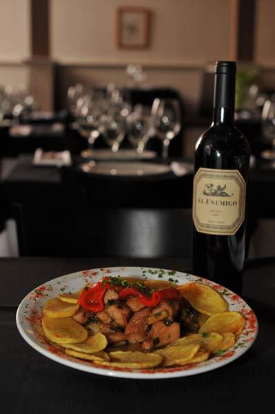 Prato e Vinho na Cabaña Villegas. Imagem: Dario A. Saidman