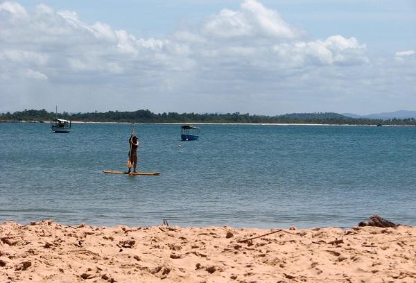 Prática de Stand Up Paddle em Ponta do Mutá. Península de Maraú, Bahia. Imagem: Janaína Calaça