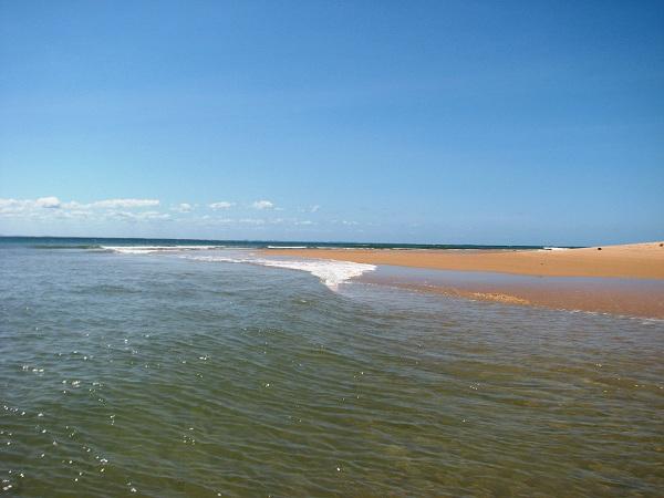 As águas cristalinas e calmas da Ponta do Mutá. Península de Maraú, Bahia. Imagem: Janaína Calaça