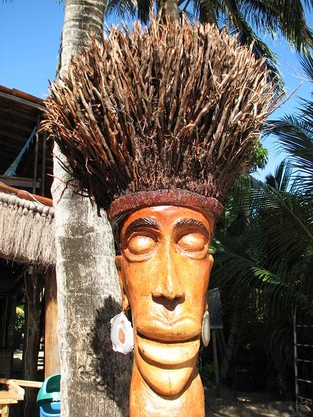Escultura em frente à Pousada/Restaurante Sol do Mutá. Ponta do Mutá. Península de Maraú, Bahia. Imagem: Janaína Calaça