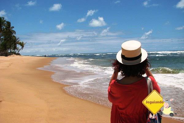 Lorena Grisi, minha companheira nesta viagem, fotografando a Praia de Taipu  de Fora. Península do Maraú, Bahia. Imagem: Janaína Calaça