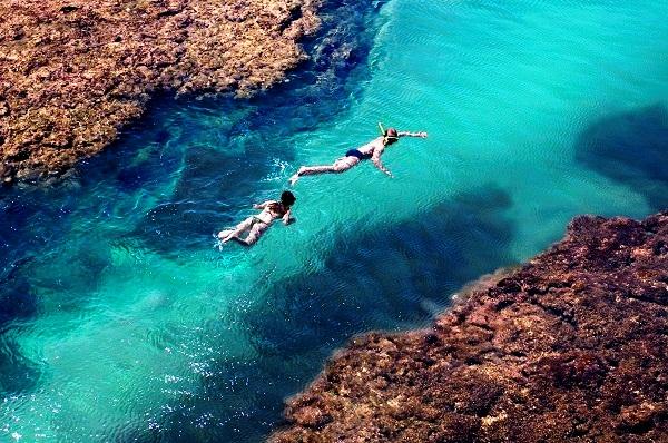 Casal mergulhando nas piscinas naturais. Imagem: Haroldo Magalhães