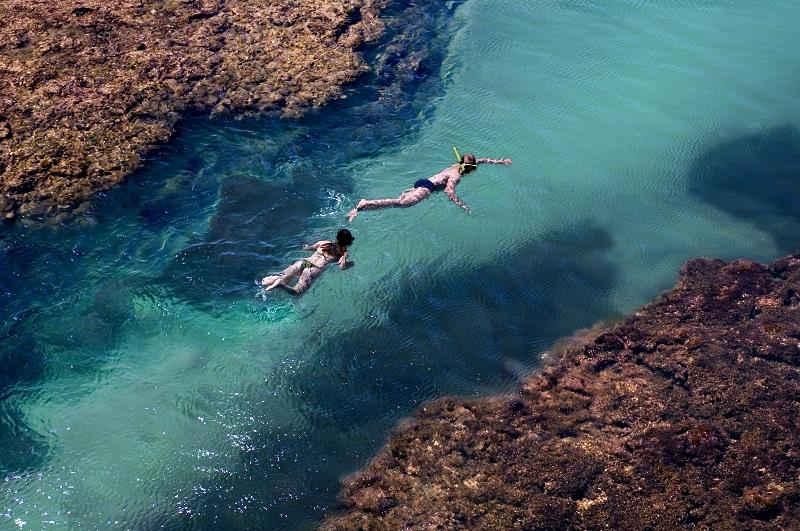 Cópia de Casal mergulhando nas piscinas naturais