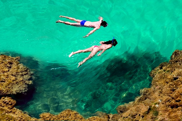 Casal na piscina natural. Imagem: Haroldo Magalhães