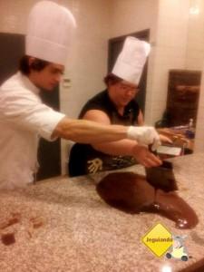 Tentando domar o chocolate a todo custo! Imagem: Jeguiando