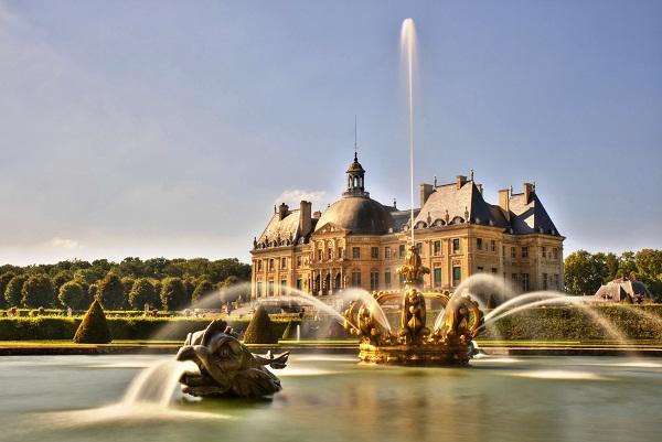 Coroa em homenagem ao Reis Luís XIV. Imagem: F.Jaumier1