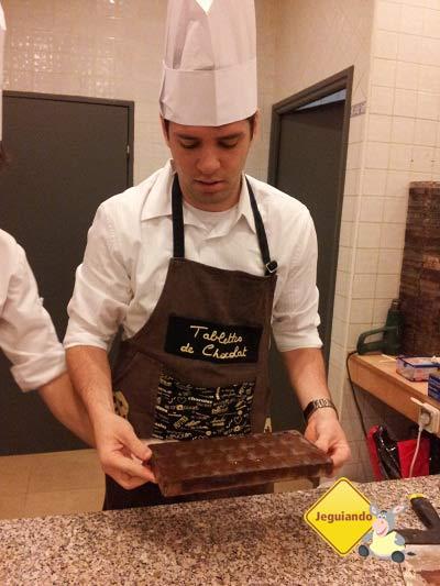 """Thiago, do blog Rodei, também entrou na """"dança"""" do chocolatier! Imagem: Janaína Calaça"""