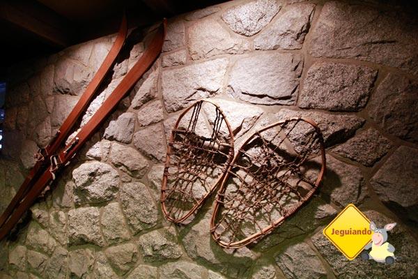 Esquis e snowshoes antigos. Peak Chalet. Grouse Montain. Vancouver, British Columbia. Imagem: Erik Pzado