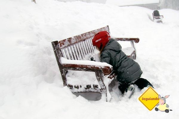 Criança brincando na neve. Imagem: Erik Pzado