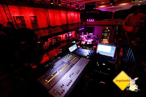 Mesa de som e iluminação. Imagem: Erik Pzado