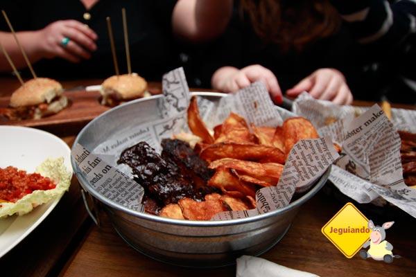Ribs and spicy fries. Imagem: Erik Pzado