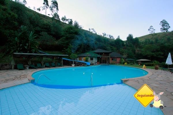 Piscina principal do Parador Maritacas Spa Resort no fim de tarde. Imagem: Erik Pzado