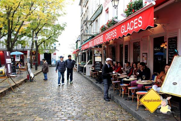 Pelas calçadas, locais e visitantes se reúnem em pequenos restaurantes. Imagem: Janaína Calaça