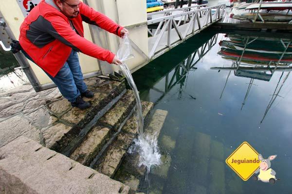 Erik devolvendo um caranguejinho ao mar. Imagem: Janaína Calaça