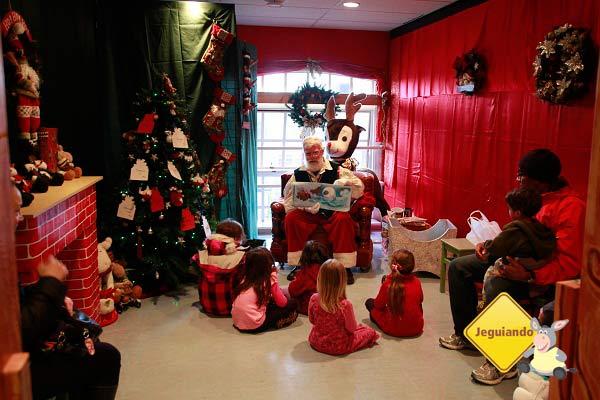 Papai-Noel contando histórias para as crianças. Imagem: Erik Pzado