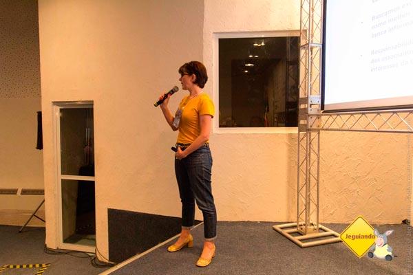 Silvia Oliveira, presidenta da ABBV e editora do blog Matraqueando, apresentando a Associação Brasileira de Blogs de Viagem. Imagem: Erik Pzado