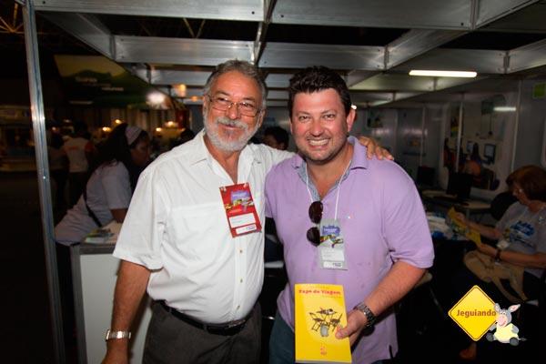 """Seu Luís (painho) e Carlos. Lançamento do """"Papo de Viagem & outras histórias de bar"""" no II Salão Baiano de Turismo. Imagem: Erik Pzado"""