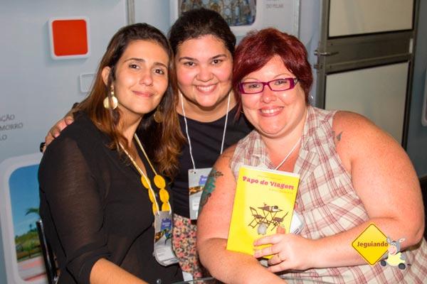 """Clarissa, Rapha e Jana. Lançamento do """"Papo de Viagem & outras histórias de bar"""" no II Salão Baiano de Turismo. Imagem: Erik Pzado"""