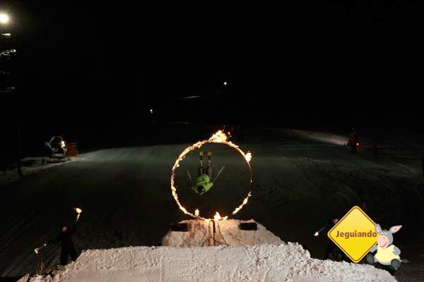 Saltos através do anel de fogo é o ponto alto do Fire & Ice Show. Imagem: Erik Pzado