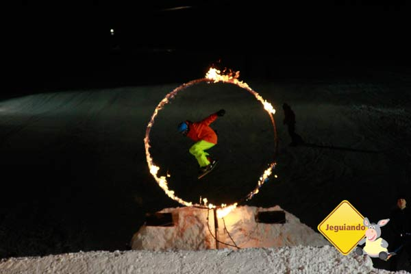 Saltos através do anel de fogo: o ponto alto do Fire & Ice Show. Imagem: Erik Pzado