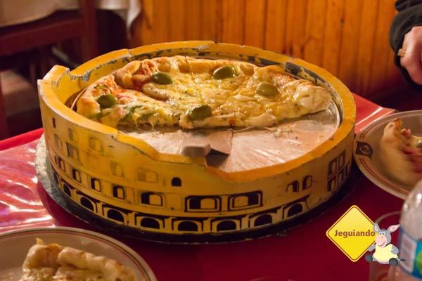 A pizza da Cantina Roma é servida em uma bandeja em forma de Coliseu. Imagem: Erik Pzado