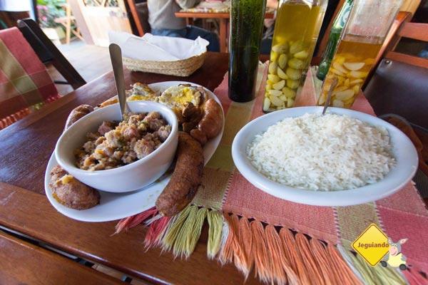 Feijão tropeiro. Restaurante Pinheiro Velho. Monte Verde, Minas Gerais. Imagem: Erik Pzado