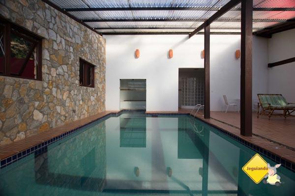 Piscina coberta e aquecida e, ao fundo, sauna a vapor e sauna seca. Pousada Jardim das Montanhas, Monte Verde, MG. Imagem: Erik Pzado