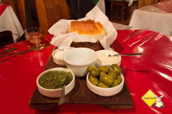 Entradinha: pão artesanal, patês e azeitonas. Imagem: Erik Pzado