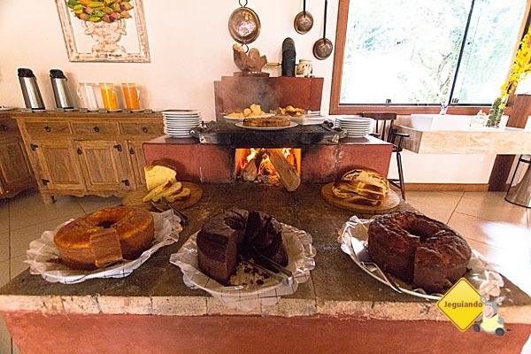 Café da manhã é servido quentinho no forno à lenha. Imagem: Erik Pzado