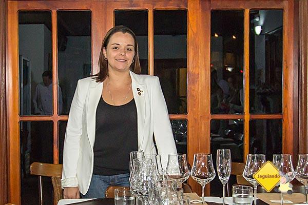 Sommelière Gabriela Bigarelli, integrante do 7 Sommeliers, é a responsável pelos Workshops de Vinhos da Pousada Campos dos Holandeses. Imagem: Erik Pzado