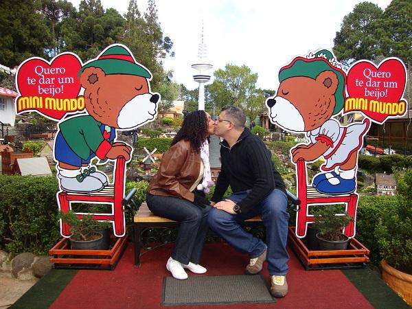 Elisa e Roger viajaram para Gramado, Rio Grande do Sul, no início de maio de 2013 para curtir um friozinho e aconchego e para comemorar 4 anos de casados. Parabéns, casal! E que viajem mais para celebrar mais aniversários de casamento!