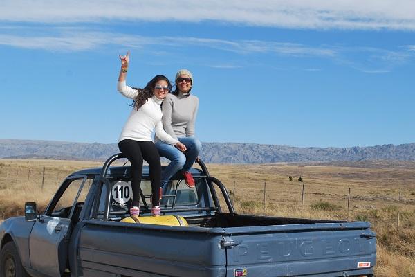 Luana  Mirela e sua namorada enviaram uma linda foto do primeiro mochilão que fizeram juntas, tendo as montanhas de Tanti como cenário, na terra dos nossos amigos hermanos, a Argentina