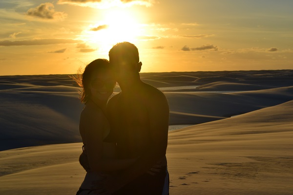 O casal Alcides e Paula também escolheram os Lençóis Maranhenses para emoldurar o amor dos dois, com um pôr do sol sensacional!