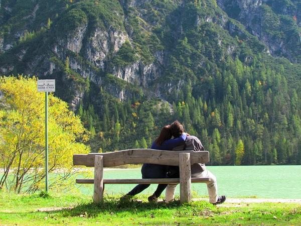 O casal Daniel Conceição e Silvana Quadra fizeram uma linda foto diante do Lago di Landro Dürrensee, perto de Cortina D'ampezzo na Itália.
