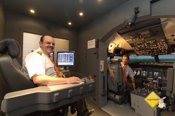 Comandante José Carlos Reitembach na posição de Instrutor e Comandante André Grabler na posição de piloto. - Imagem: Erik Pzado