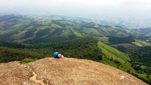 Regilene Finamor e Douglas Dias fizeram uma linda foto na Pedra de São Domingos, localizada na cidade de Córrego do Bom Jesus, Minas Gerais