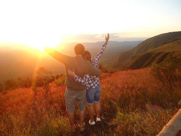 Milena e Igor foram contemplar um lindo por do sol em um local que ganhou o nome de Topo do Mundo, em Minas Gerais.