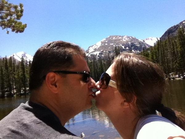 Mirella Matthiesen Mikix, do blog fofíssimo Mikix no Mundo, e seu marido Kiko Savelli Mirella tiraram uma foto nas rochosas do Colorado