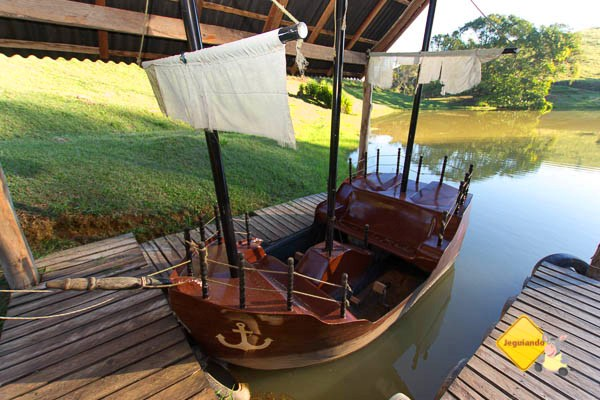 Pedalinho em forma de navio pirata. Hotel Fazenda São Francisco. Cunha, SP. Imagem: Erik Pzado