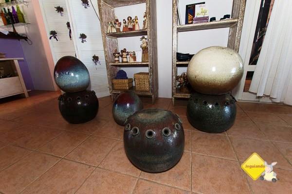 Peças de Vicco Cordeiro, um dos pioneiros do movimento ceramista de Cunha, expostos no Restaurante Quebra Cangalha. Imagem: Erik Pzado