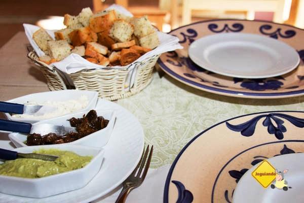 Patês de queijos temperados com ervas finas; caponata de berinjela; torradas e pão caseiro. Imagem: Erik Pzado