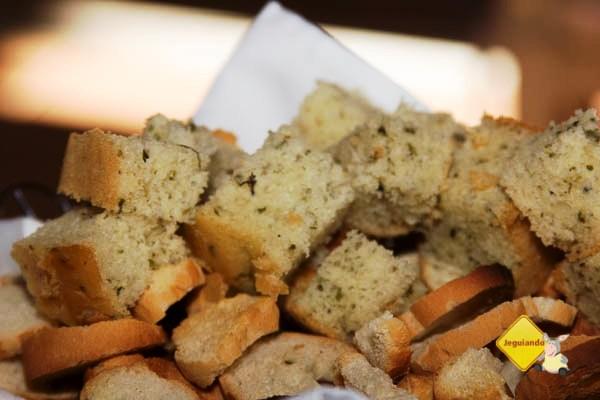 Torradas e pão caseiro. Restaurante Quebra Cangalha, Cunha, SP. Imagem: Erik Pzado